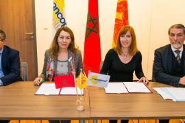Pascale Delcomminette et Nadia El Hnot signent le procès verbal de la réunion